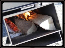 写真:薪や小枝に簡単に火がつく