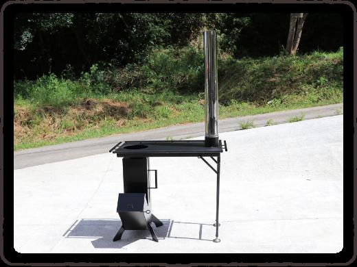 写真:煙突をテーブル型コンロにセットします。